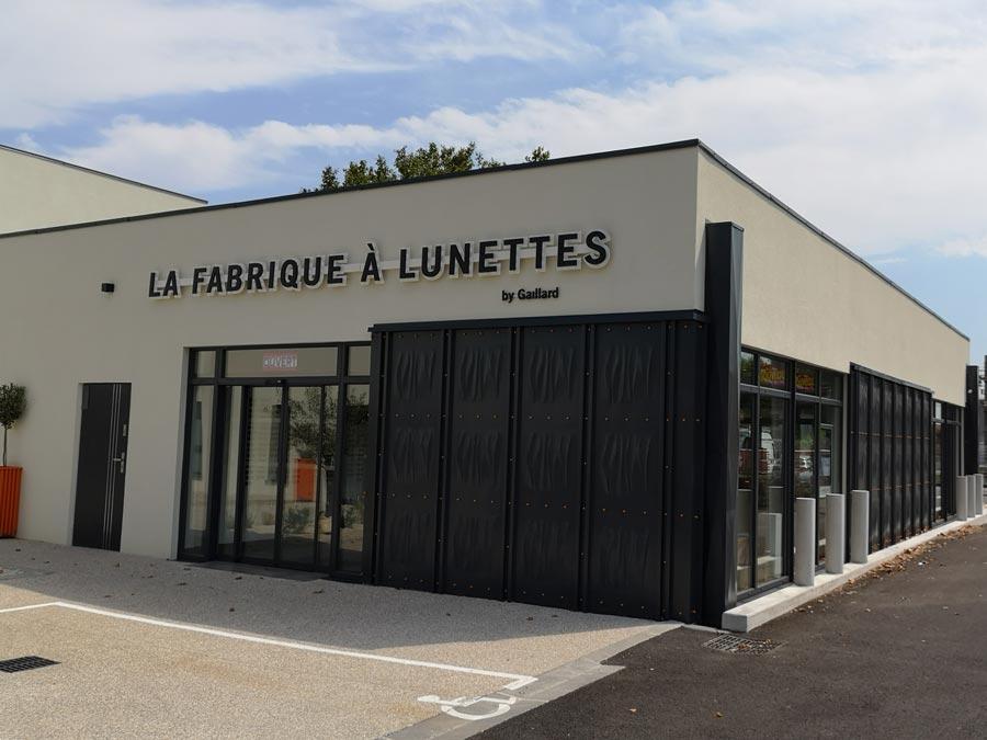 Insignia-Enseigne - La Fabrique à Lunette à Bourg-st-Andéol - Lettres rétro-éclairées - Angle de Façade Arrière