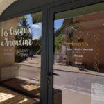 Insignia-Enseigne - Les Ciseaux D-Amandine - Vitrophanie sur vitrine et porte d'entrée