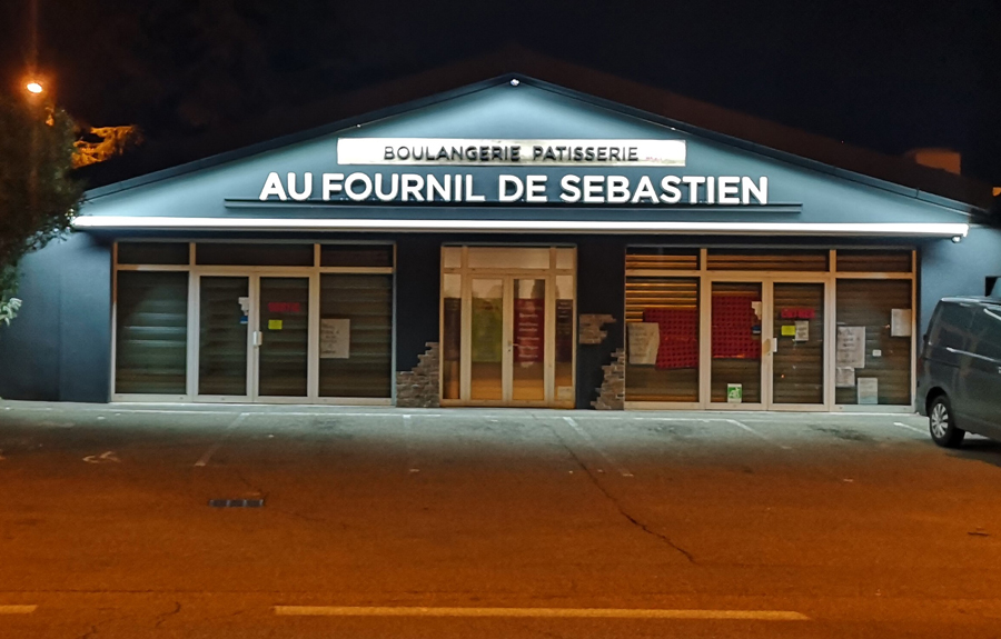 Insignia-Enseigne-facade-au-fournil-de-sebastien