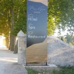 Insignia-Enseigne-grand-totem-Manoir-Le-Roure