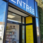 insignia-enseigne-pharmacie-du-damier-entree-et-adhesif-horaire