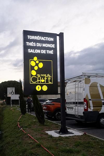 insignia-enseigne-au-nom-du-cafe-drapeau-lumineux