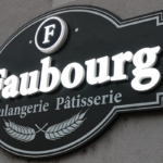 insignia-enseigne-le-faubourg-enseigne-allumee